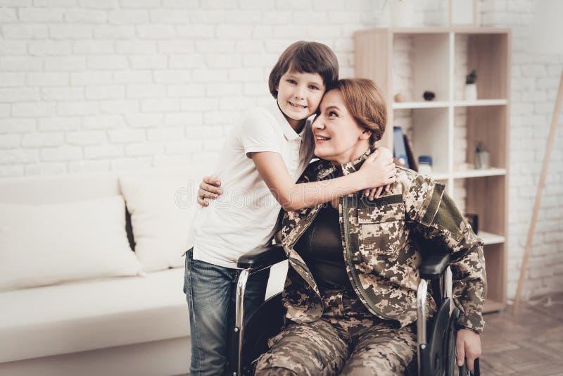 Vétéran de femme dans le concept de retours au pays de fauteuil roulant images stock