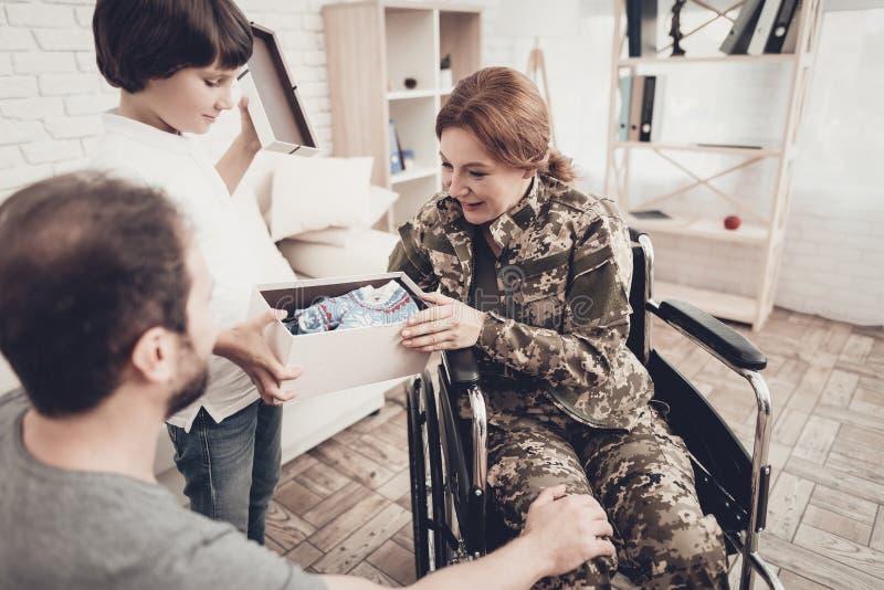 Vétéran de femme dans le concept de retours au pays de fauteuil roulant image stock