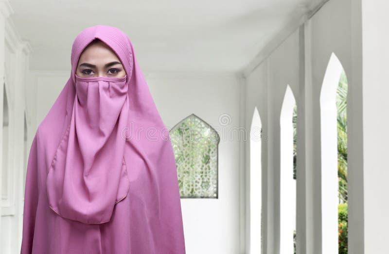 Véu tradicional vestindo do niqab da mulher muçulmana asiática nova foto de stock