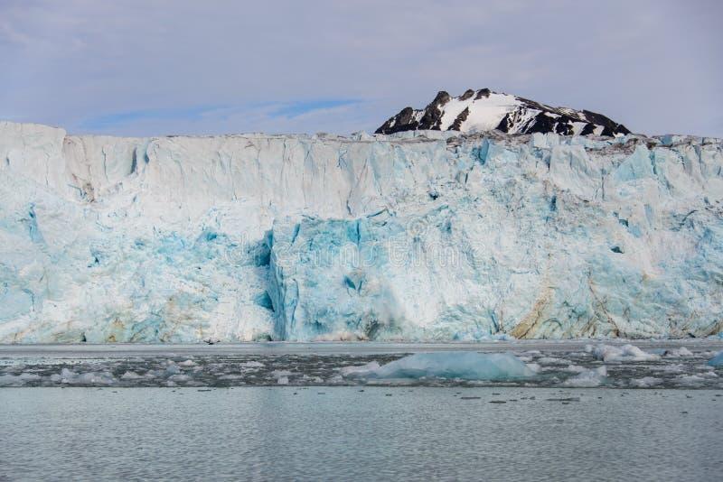 Vêlage de Gacier dans la fin du Svalbard  photo stock