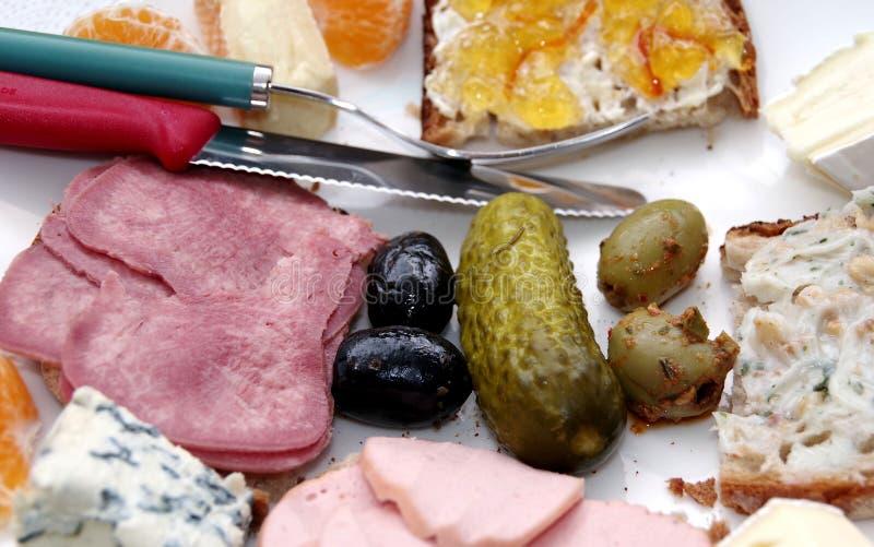 Vêpres riches avec le concombre et les olives photographie stock