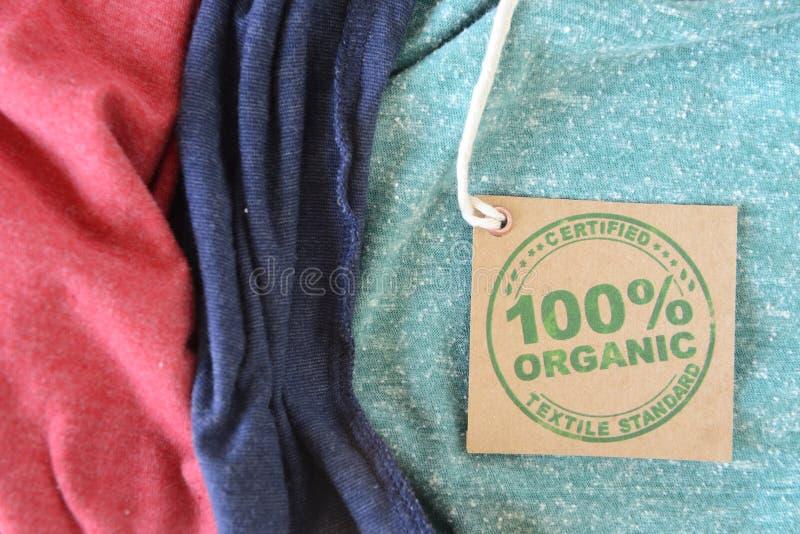 Vêtement avec le label organique certifié de tissu. images stock