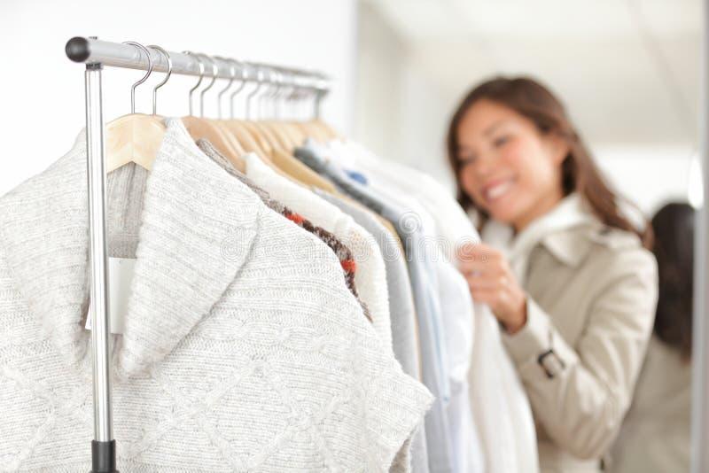 Vêtement - vêtements d'achats de femme photo stock