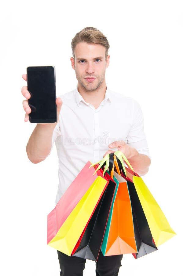 Vêtements à la mode d'achat de type en ligne avec le smartphone Achats de paquets reçus par client heureux d'homme Achats en lign photo libre de droits