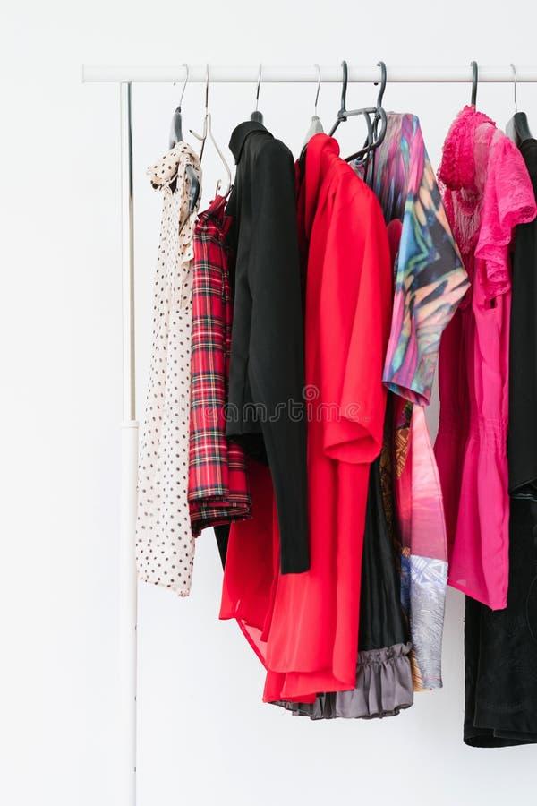 Vêtements à la mode de femme de mode élégante de garde-robe images stock