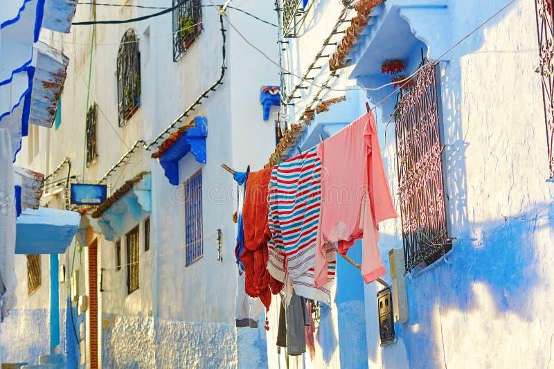 Vêtements accrochant sur une rue en Médina photos stock
