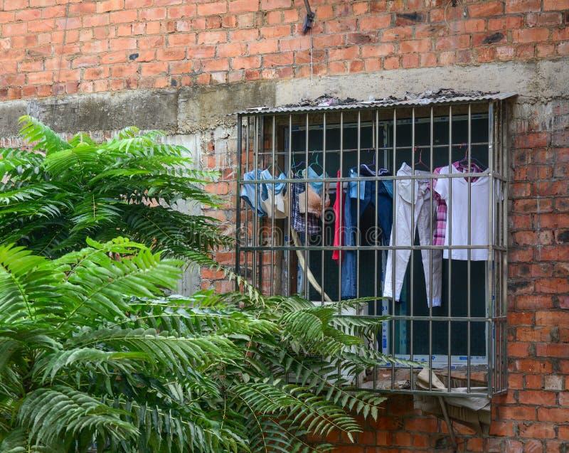 Vêtements accrochants à la maison rurale photo libre de droits