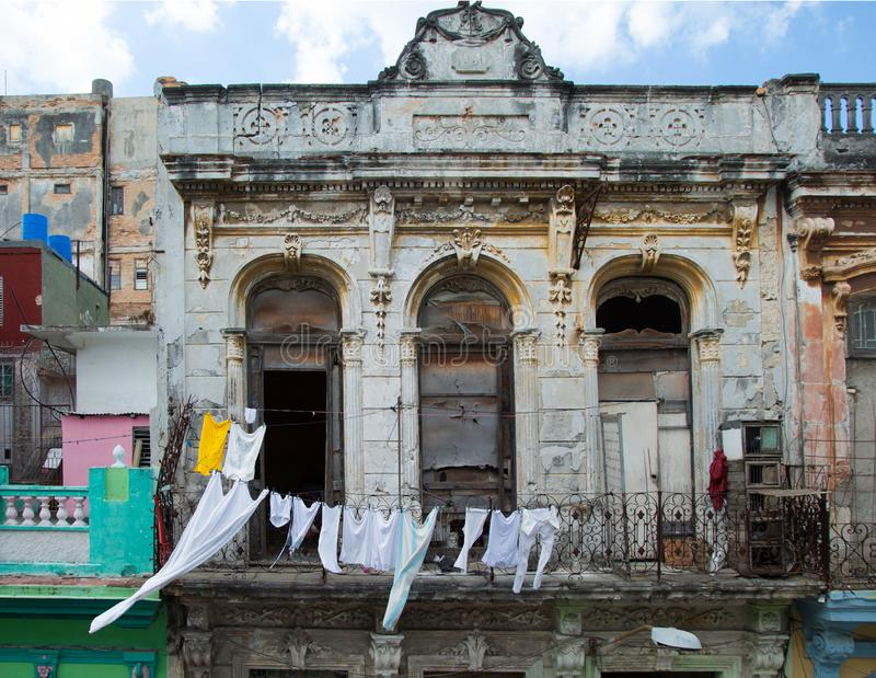 Vêtements blancs sur une corde à linge au Cuba photos stock