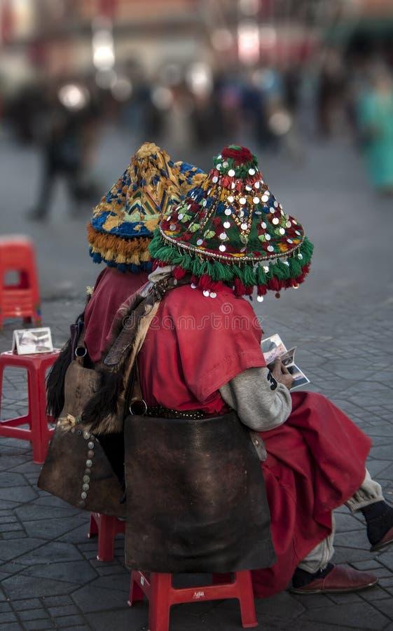 Vêtements colorés du vendeur de l'eau potable et de x22 ; gerrab& x22 ; dans le fana d'EL de jamaa de Marrakech Maroc images stock