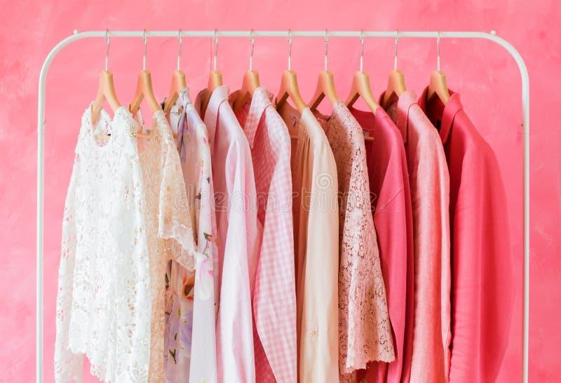 Vêtements colorés roses de femmes photographie stock libre de droits