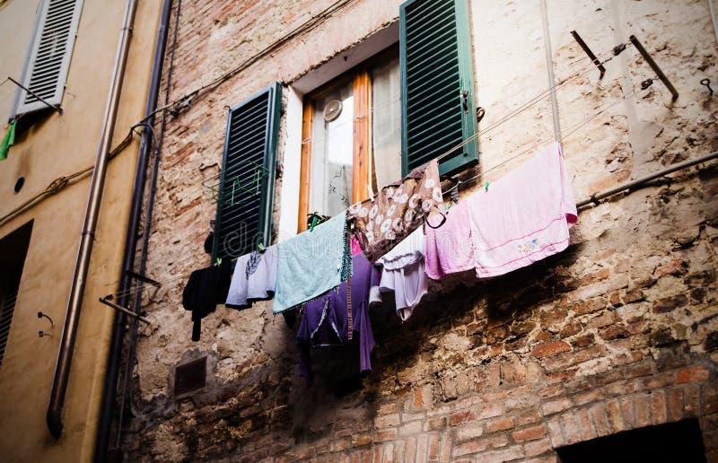 Vêtements colorés séchant sur le balcon images libres de droits