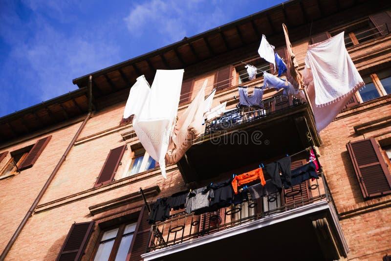 Vêtements colorés séchant sur le balcon images stock