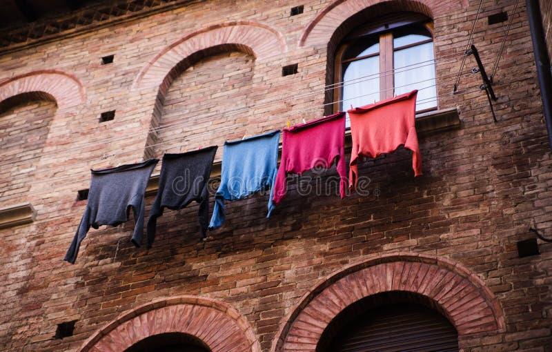 Vêtements colorés séchant sur le balcon photographie stock libre de droits