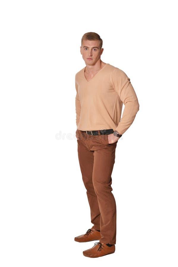 Vêtements décontractés de port de jeune homme beau posant sur le fond blanc photos libres de droits