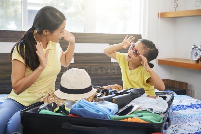 Vêtements d'emballage de famille dans la valise image libre de droits