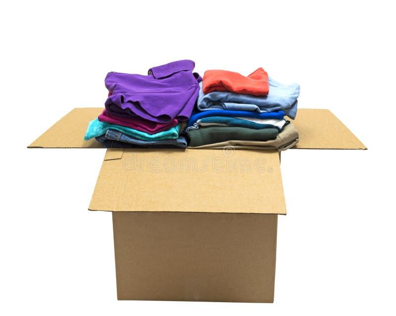 Vêtements d'une manière ordonnée pliés dans la grande boîte d'isolement photos stock