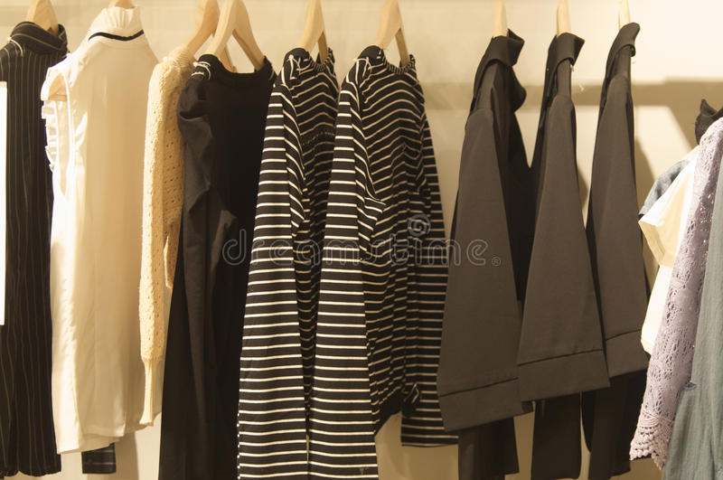 Vêtements dans la garde-robe photo libre de droits