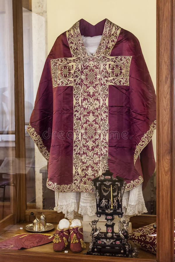Vêtements de cérémonie de clergé - chasuble, Rochet et Maniple image stock