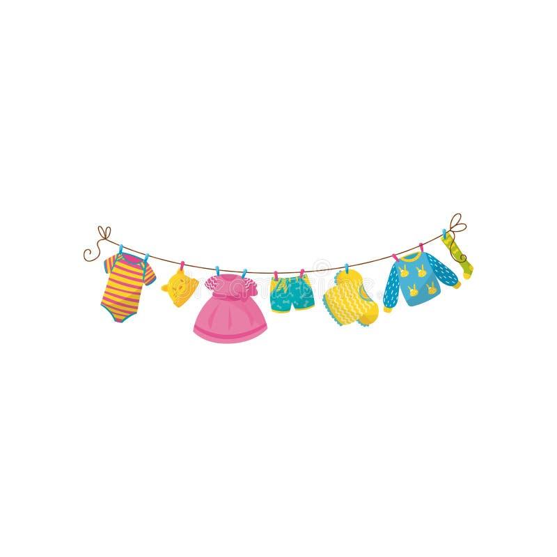 Vêtements de chéri s'arrêtant sur la corde Combinaison rayée, peu de chapeau avec des oreilles, robe rose, shorts, chemisier, pul illustration libre de droits