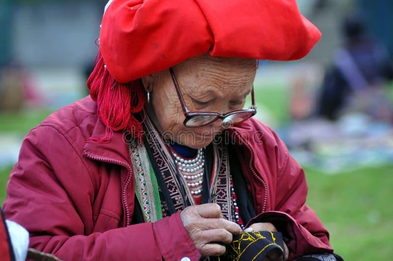 Vêtements de couture de femme rouge vietnamienne de Dao photographie stock libre de droits