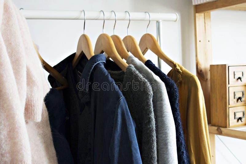 Vêtements de femme sur le cintre image stock