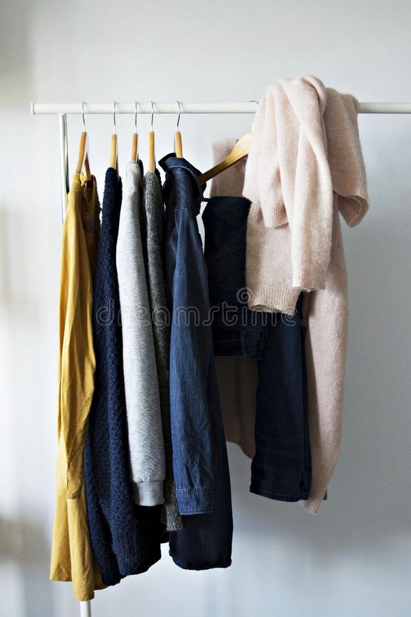 Vêtements de femme sur le cintre photographie stock