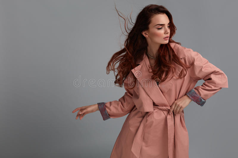Vêtements de Girl Wearing Fashionable de mannequin dans le studio type image stock