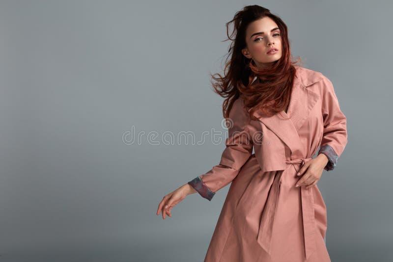 Vêtements de Girl Wearing Fashionable de mannequin dans le studio type images libres de droits