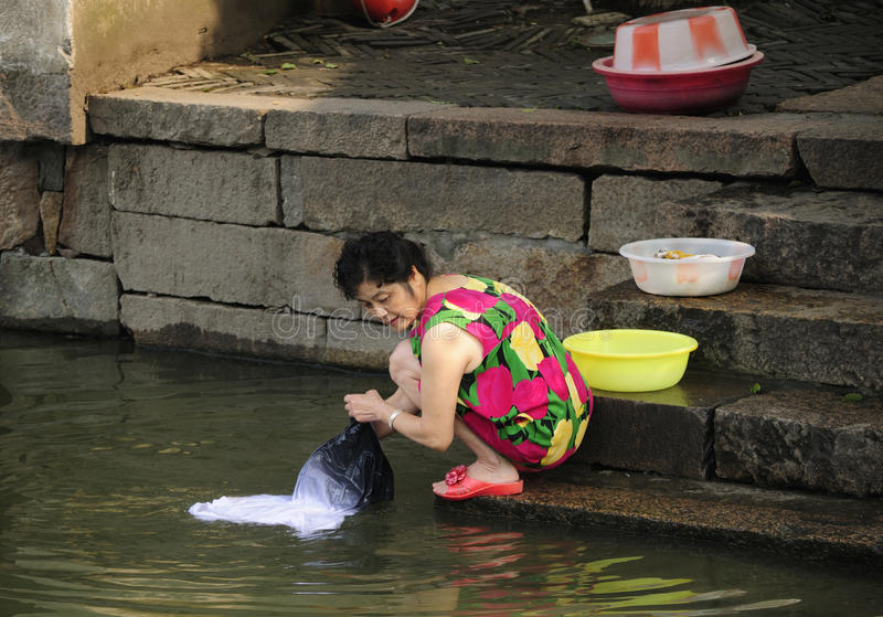 Vêtements de lavage de femme asiatique photo stock