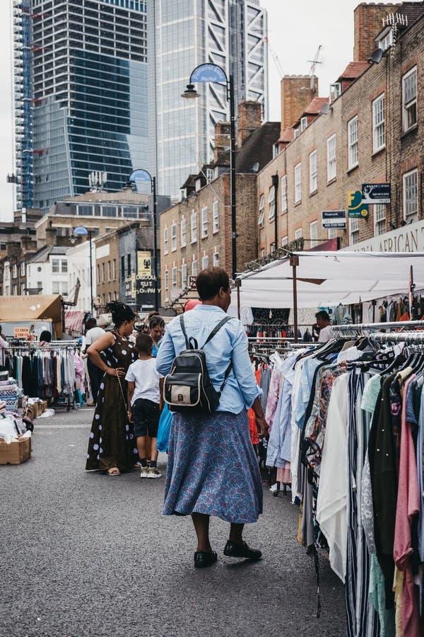 Vêtements de lecture rapide de femme en vente au marché de ruelle de Pettycoat, Londres, images stock