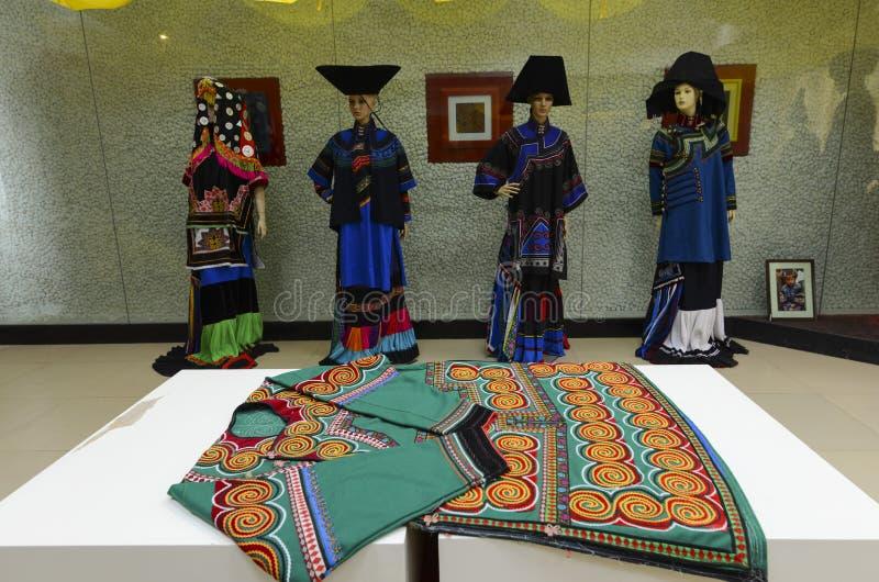 Vêtements de minorité chinoise de Yi image libre de droits