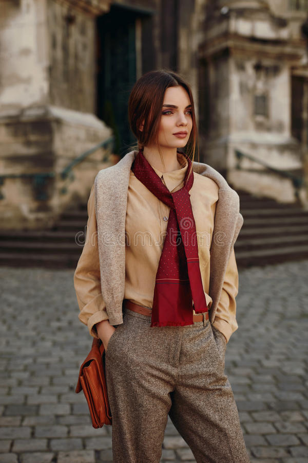 Vêtements de mode Belle femme dans l'habillement à la mode extérieur photographie stock