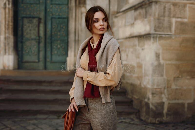 Vêtements de mode Belle femme dans l'habillement à la mode extérieur photo libre de droits