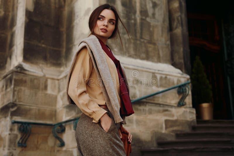 Vêtements de mode Belle femme dans l'habillement à la mode extérieur photos stock