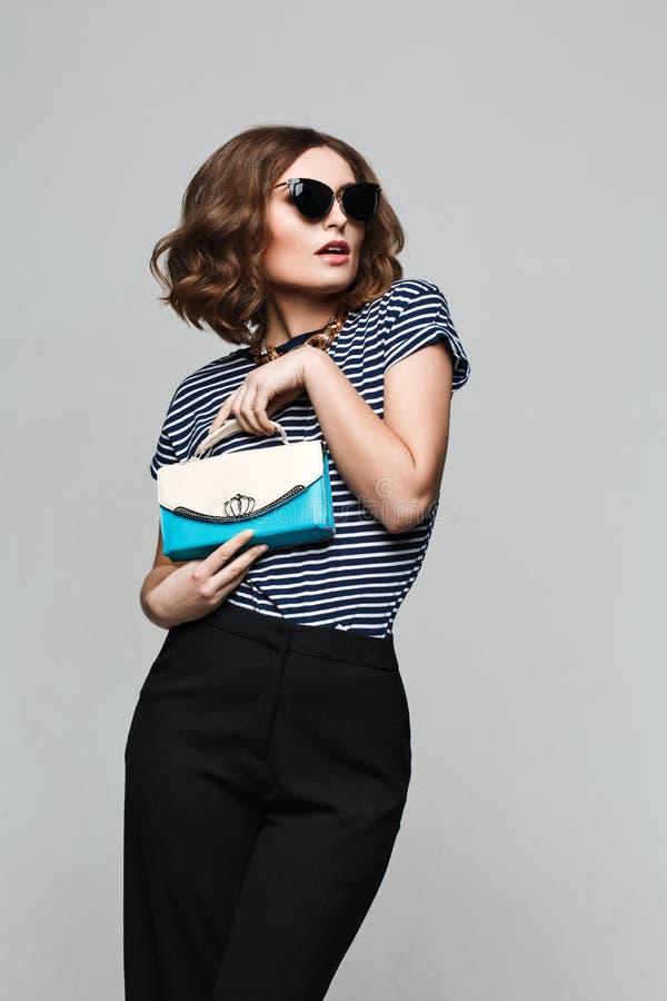 Vêtements de mode lunettes de soleil de port de vintage, équipement, style de loisirs, femme intelligente photos stock