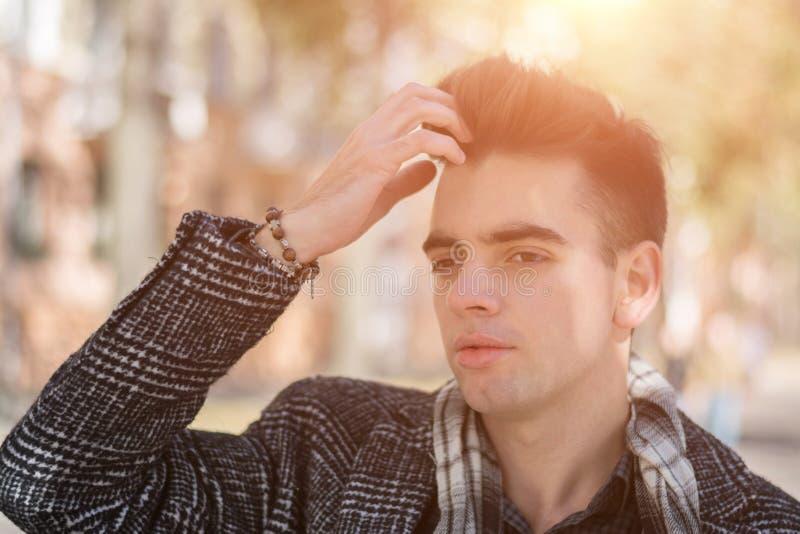 Vêtements de port d'automne de jeune homme de portrait image stock