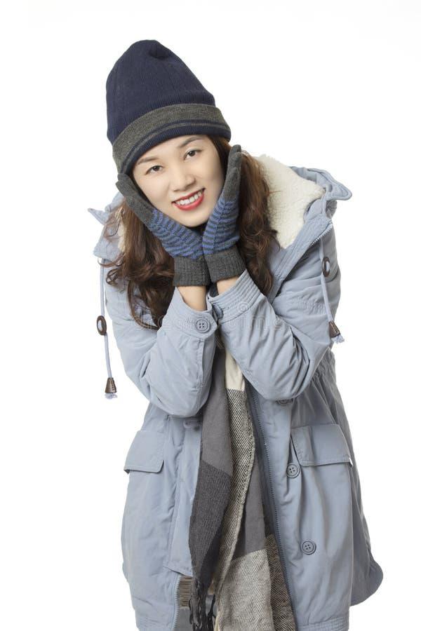 Vêtements de port d'hiver de femme asiatique d'isolement sur le fond blanc images libres de droits