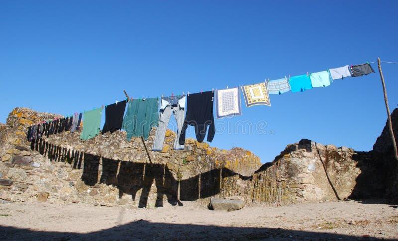 Vêtements de séchage dans un village photographie stock libre de droits