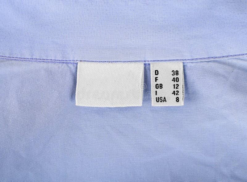 40 vêtements de taille marquent sur le plan rapproché bleu de fond images libres de droits