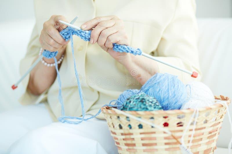 Vêtements de tricotage images stock