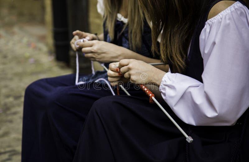 Vêtements de tricotage de laine de jeune femme images stock