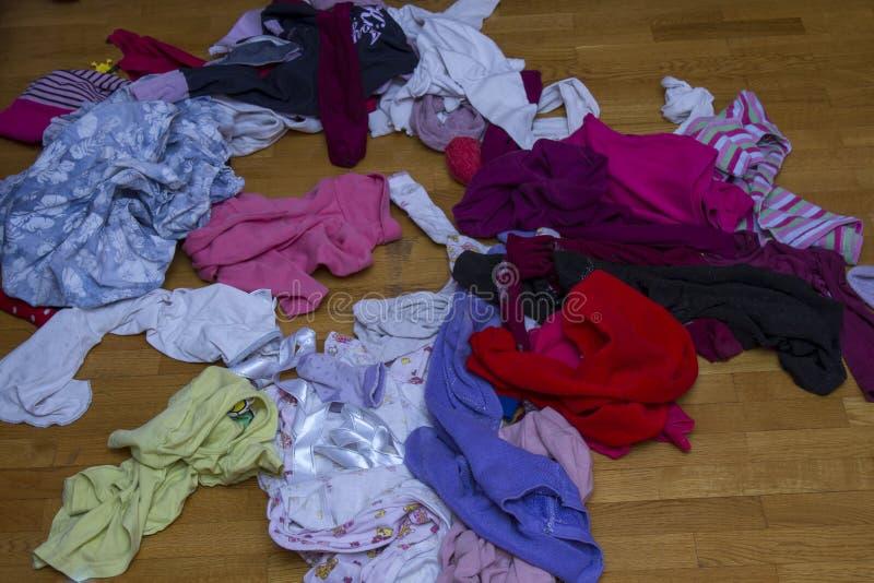 Vêtements dispersés de bébé photographie stock libre de droits