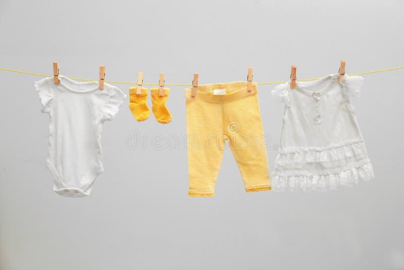 Vêtements du ` s d'enfants sur la ligne de blanchisserie photo libre de droits
