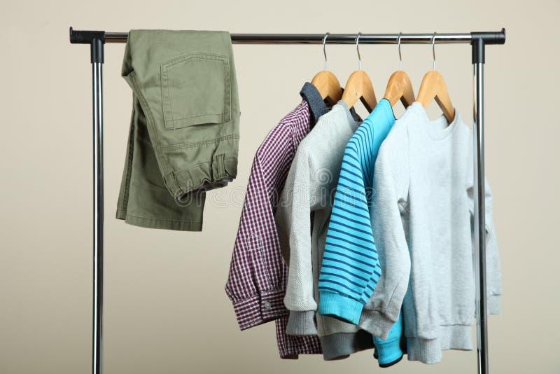 Vêtements du ` s d'enfants sur un cintre photos stock
