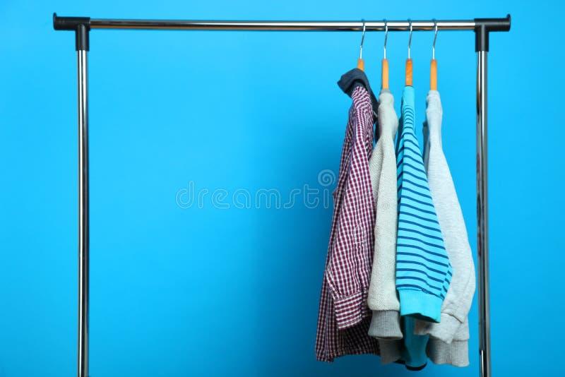 Vêtements du ` s d'enfants sur un cintre photographie stock libre de droits