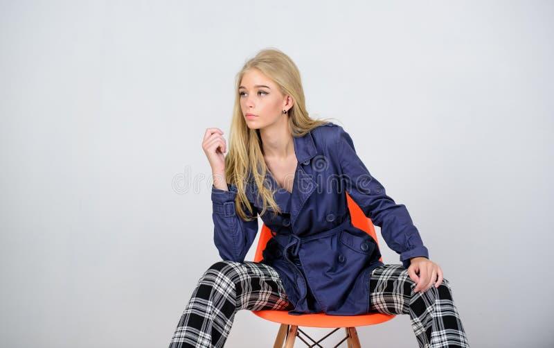 Vêtements et accessoire Types de mélange Manteau d'usage de mannequin de fille pour le printemps Tendance de mode de manteau de f photo libre de droits