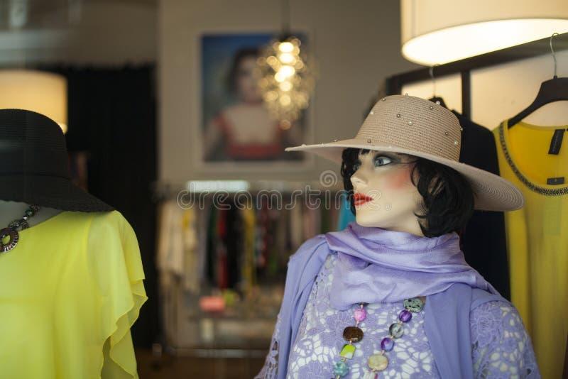 Vêtements femelles de cru d'usage de mannequin photos stock