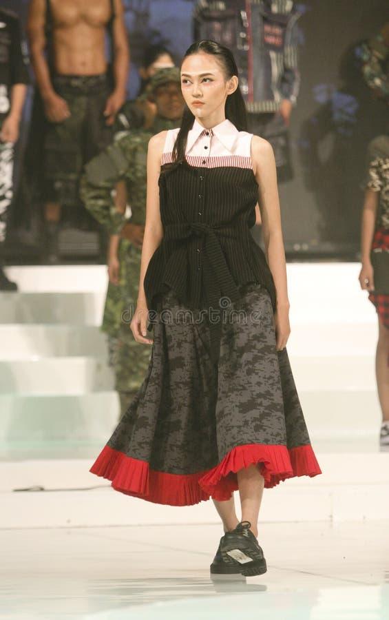 Download Vêtements futuristes photographie éditorial. Image du modèles - 76079127