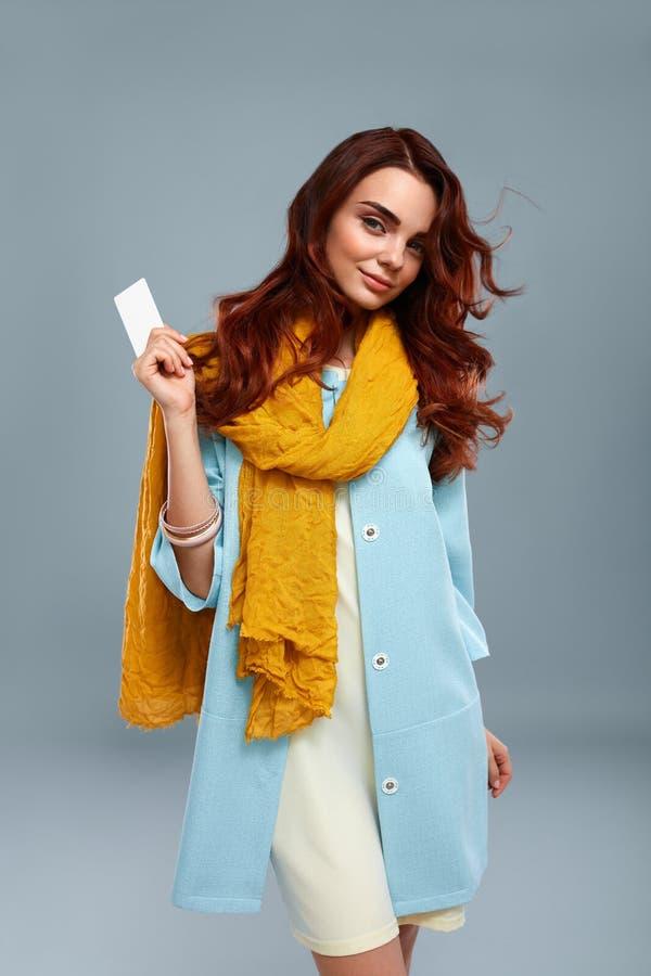 Vêtements heureux de Girl In Fashionable de mannequin montrant la carte photo stock