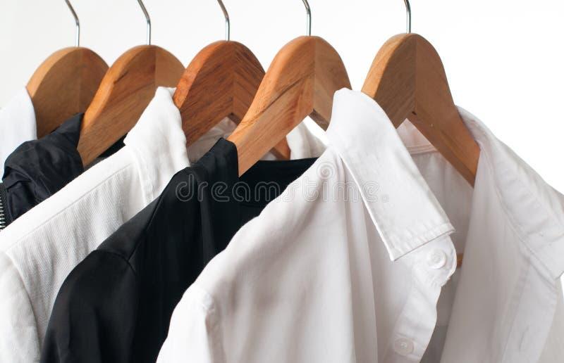 Vêtements noirs et blancs sur une armoire, plan rapproché images stock